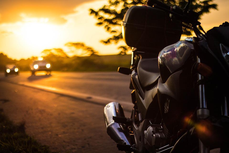 IL MOTOCICLISTA CADE DALLA MOTO E VIENE INVESTITO: CHI DEVE RISARCIRLO?