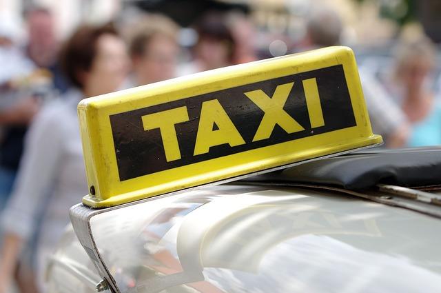 E' esente da colpa il tassista che, fermo all'incrocio, urta contro un motociclista